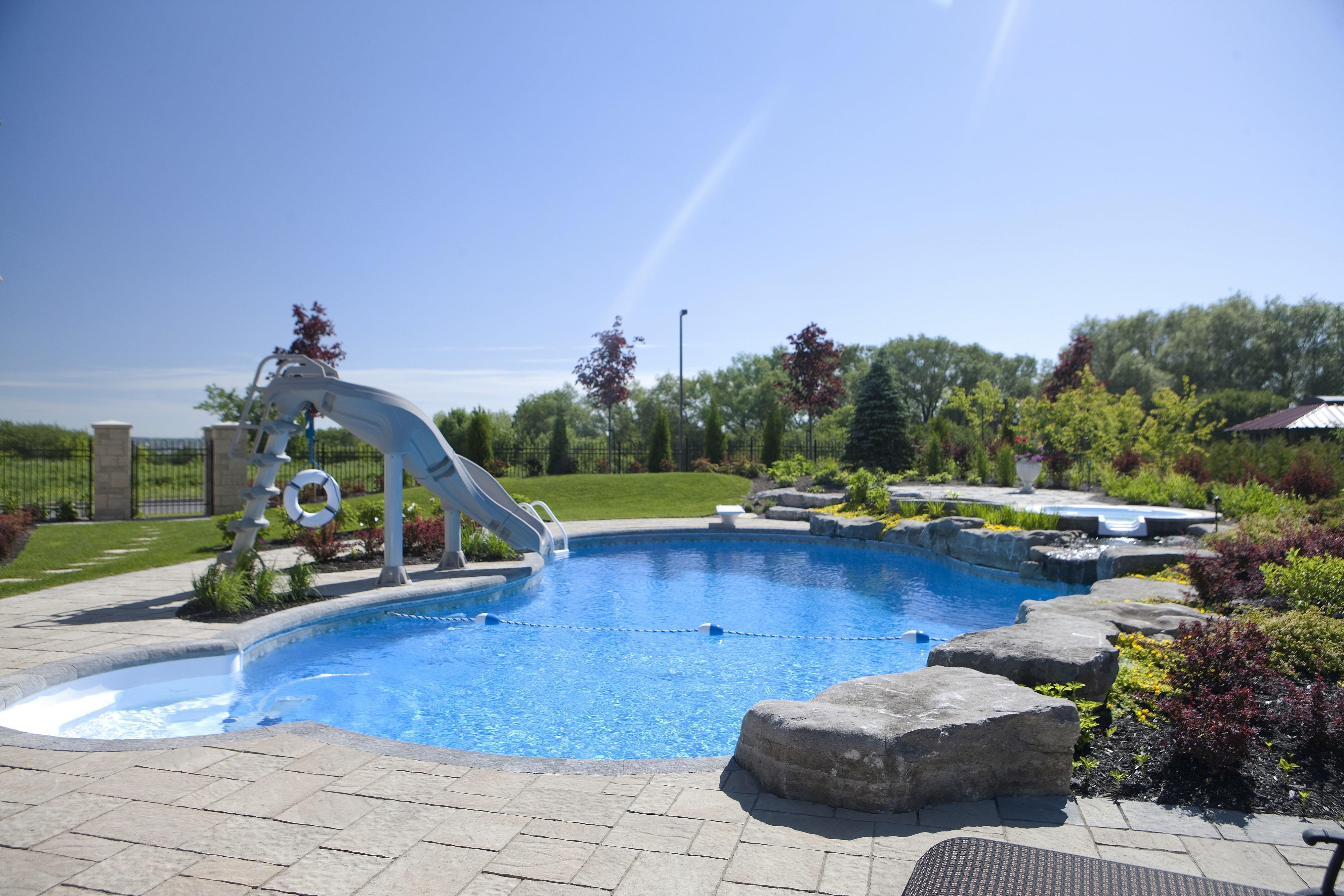 Installation de piscine concept piscine design for Piscine design concept
