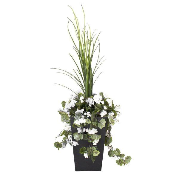 Géraniums-blancs-en-pot-decoration-exterieur-fausse_plante