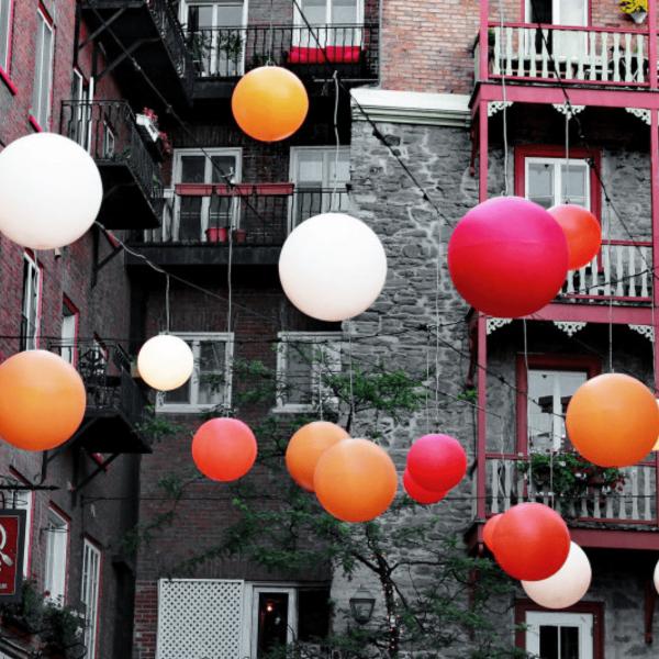 globe-moon-suspendu-blanc-orange-rouge-decoration-exterieur