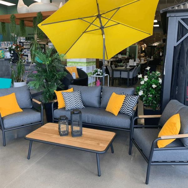ensemble patio comprenant les divans d'extérieur et une table de jardin en teck