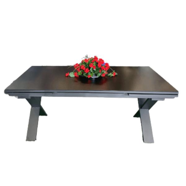 Table d'extérieur onyx avec fleurs dans les meuble de patio